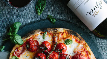 Pizza with roasted tomatoes, pancetta and basil